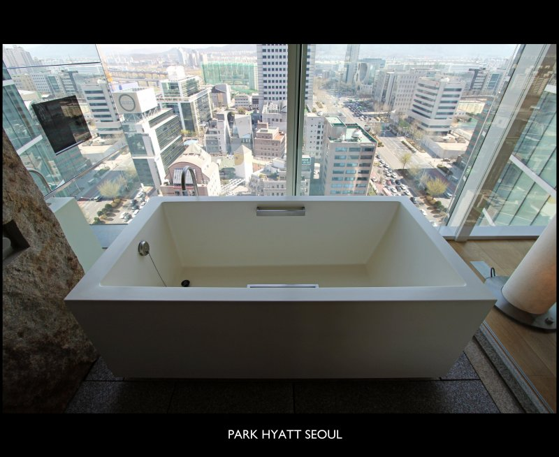 The Pleasure to See the World From A Different Perspective // The Bathtub // Park Room // 18th Floor // Facing the Kosmo Tower // PARK HYATT SEOUL // South Korea