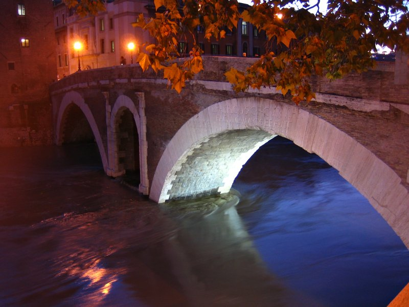 ponte fabricio in the floodwater