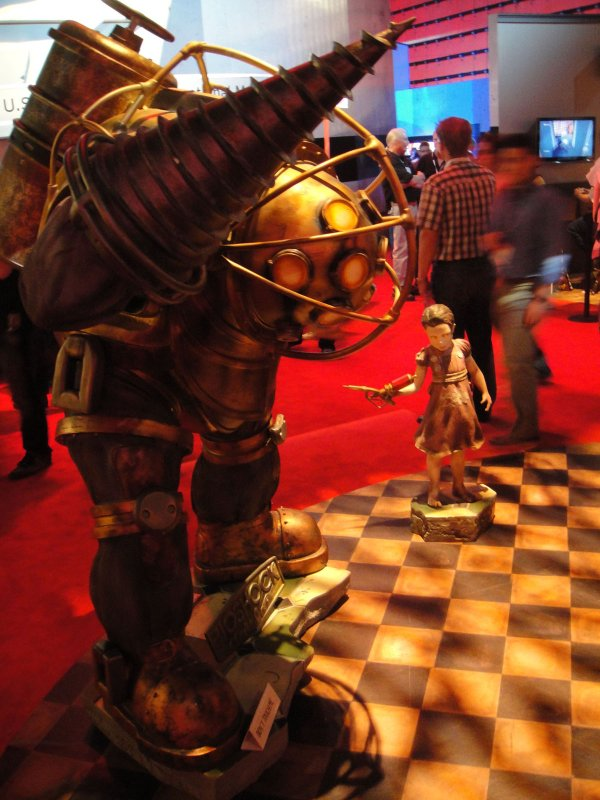 E3 2010 Bioshock Big Daddy and Little Sister statues